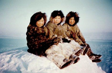 1215-photo-trois-enfants-inuit-couleur_g